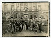 Gent: Koophandelsplein: groepsportret van Stabsordonnanzen der Etappen-Inspektion (stafordonnansen van de etappe-inspectie) voor de noordgevel van het Justitiepaleis en het standbeeld van Hippolyte Metdepenninghen, 1915-1916