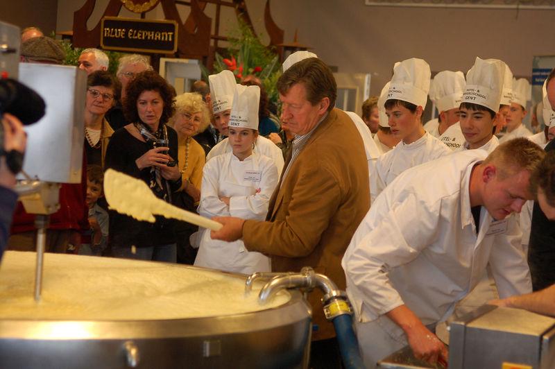 20071201_Hotel- enBakkerijschool_Gent_maakt_grootste_kaasfondue_van_de_wereld.jpg