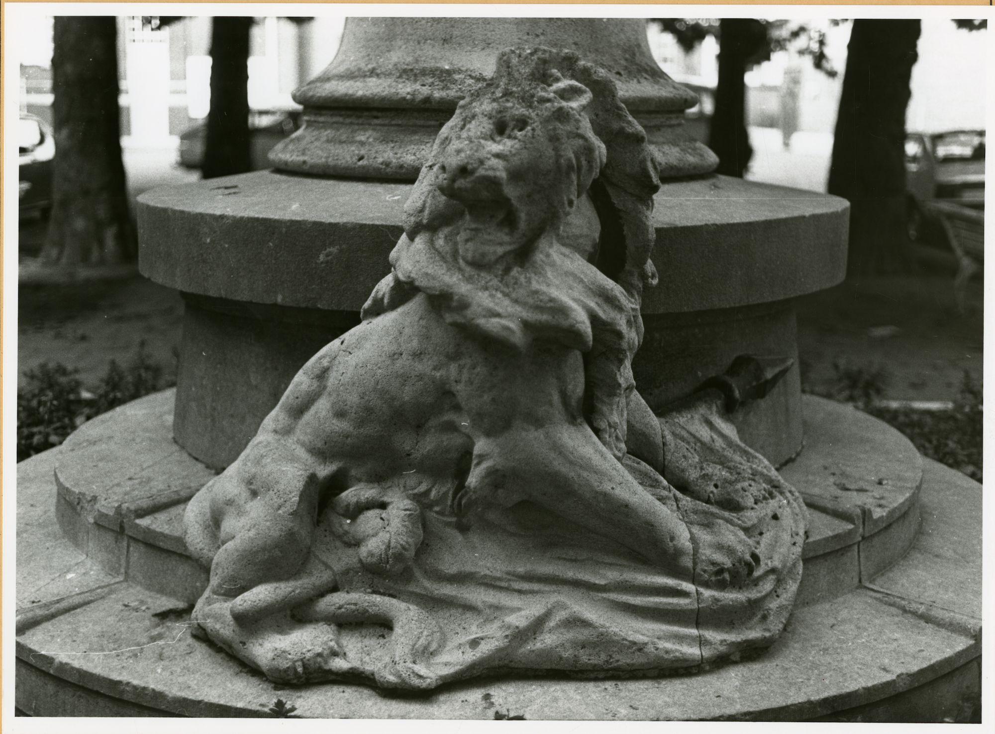 Gent: Casinoplein: Beeldhouwwerk: Leeuw, 1979