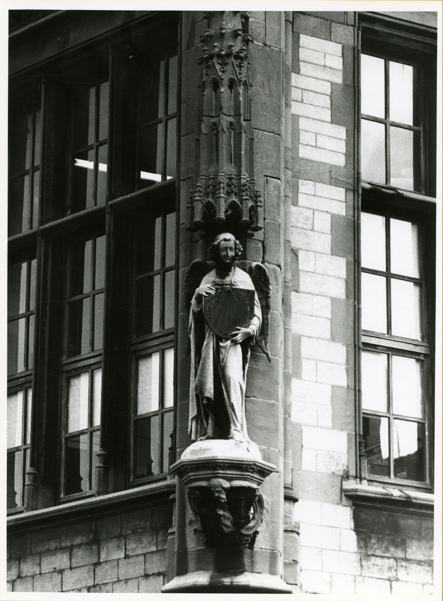 Gent: Graslei: Postgebouw: nisbeeld: engel met zonnewijzer