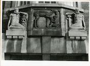 Gent: Coupure Rechts:  Faculteit van de Dierengeneeskunde: gevelsteen: hert met sater en mannen met attribuut