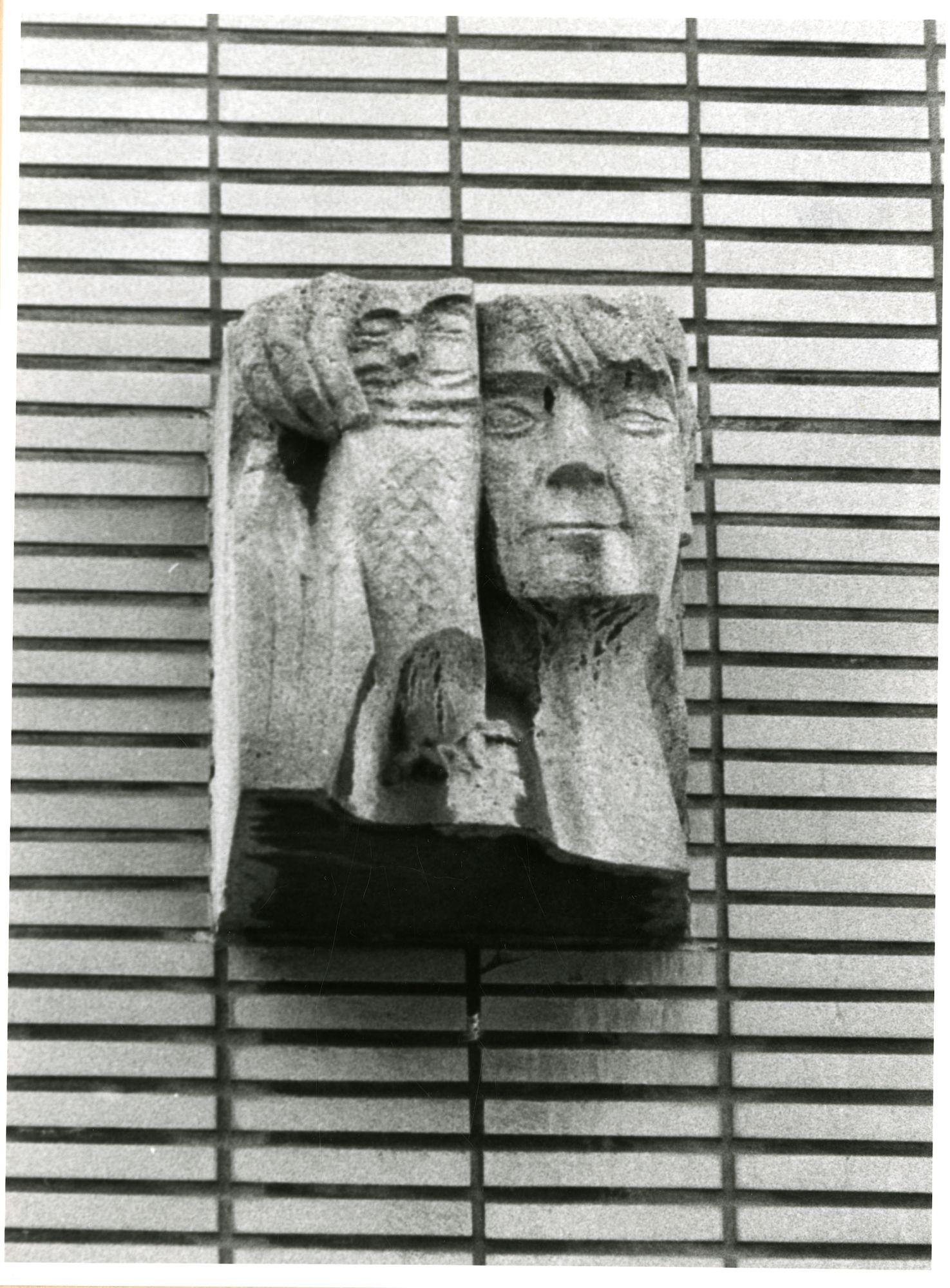 Gent: Begijnhoflaan 109: beeldhouwwerk: man met uil, 1980