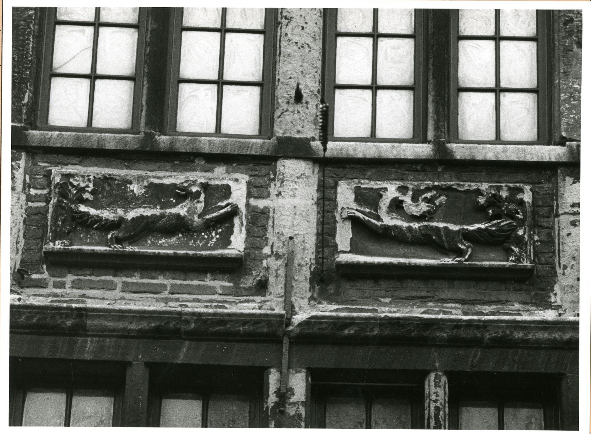 Gent: burgstraat 3: reliëfs: springende honden, 1980