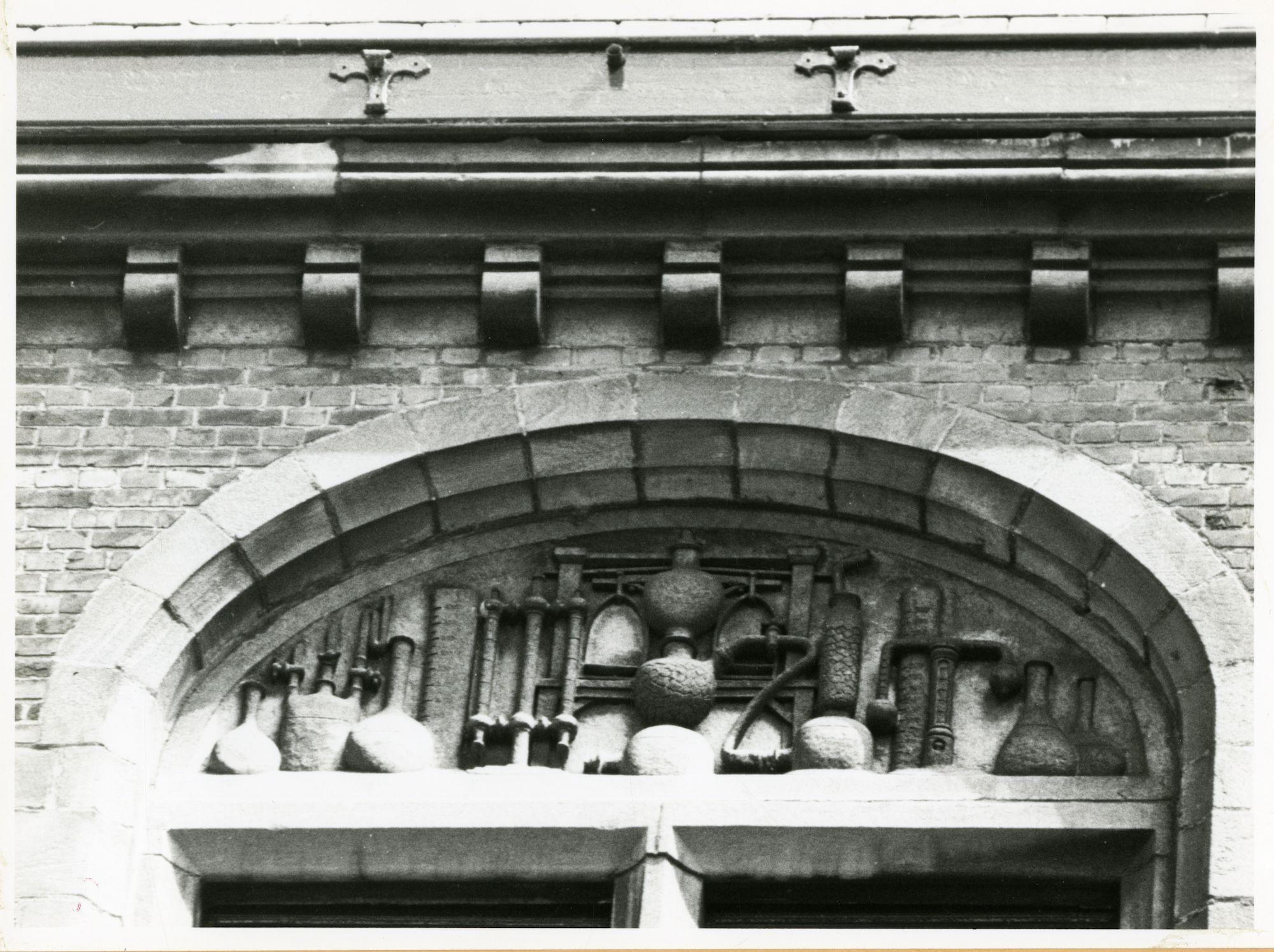 Gent: Hospitaalstraat: Beeldhouwwerk, 1979