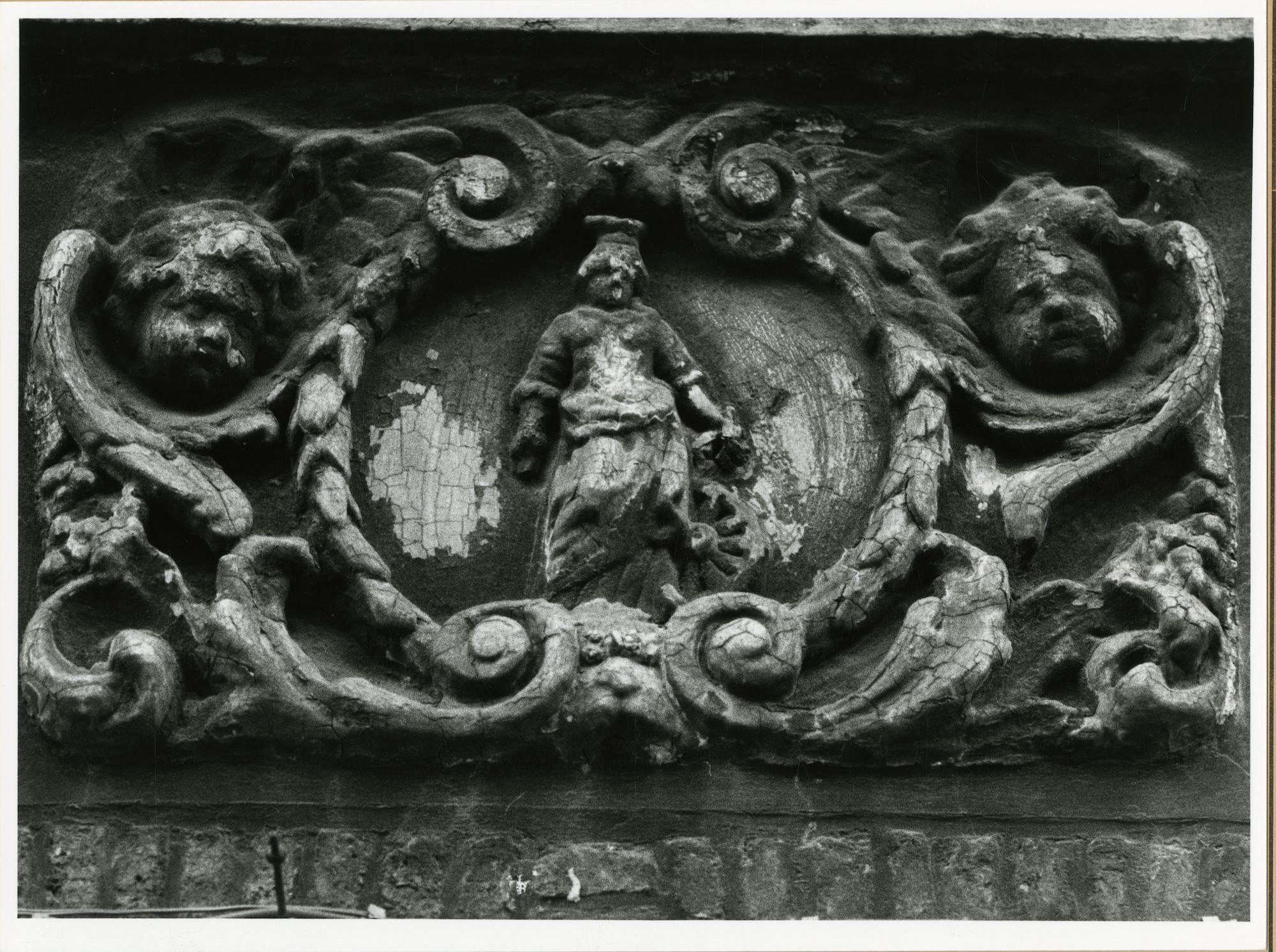Gent: Cataloniëstraat 3: gevelsteen: Heilige Catharina