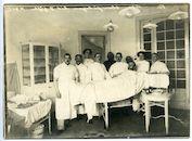 Gent: Koningin Maria Hendrikaplein 2: Flandria Palace Hotel (Duits krijgshospitaal), Operatiezaal: gewonde Duitse soldaat op operatietafel omringd door Duitse militaire artsen en verpleegkundigen, 1915-1916