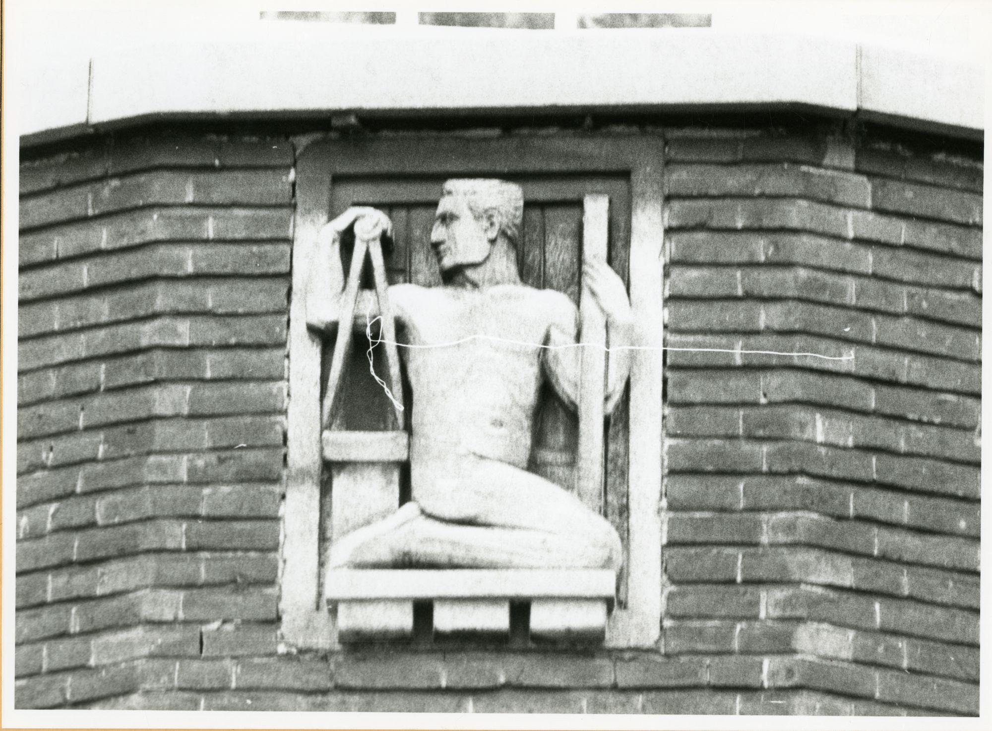 Gent: Coupure Rechts:  Faculteit van de Dierengeneeskunde: gevelsteen: symbolen arbeid: architectuur, 1979