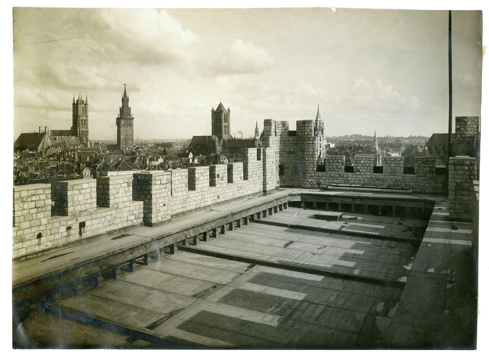 Gent: Gravensteen, dak van het poortgebouw met panorama van de Gentse torens