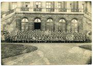"""Gent: Koophandelsplein: Justitiepaleis (Etappe-Inspektion): groepsportret van de 4de compagnie """"Hersfeld"""" van de 2de Landsturm-Infanterie-Ersatz Bataillon, 1915-1916"""