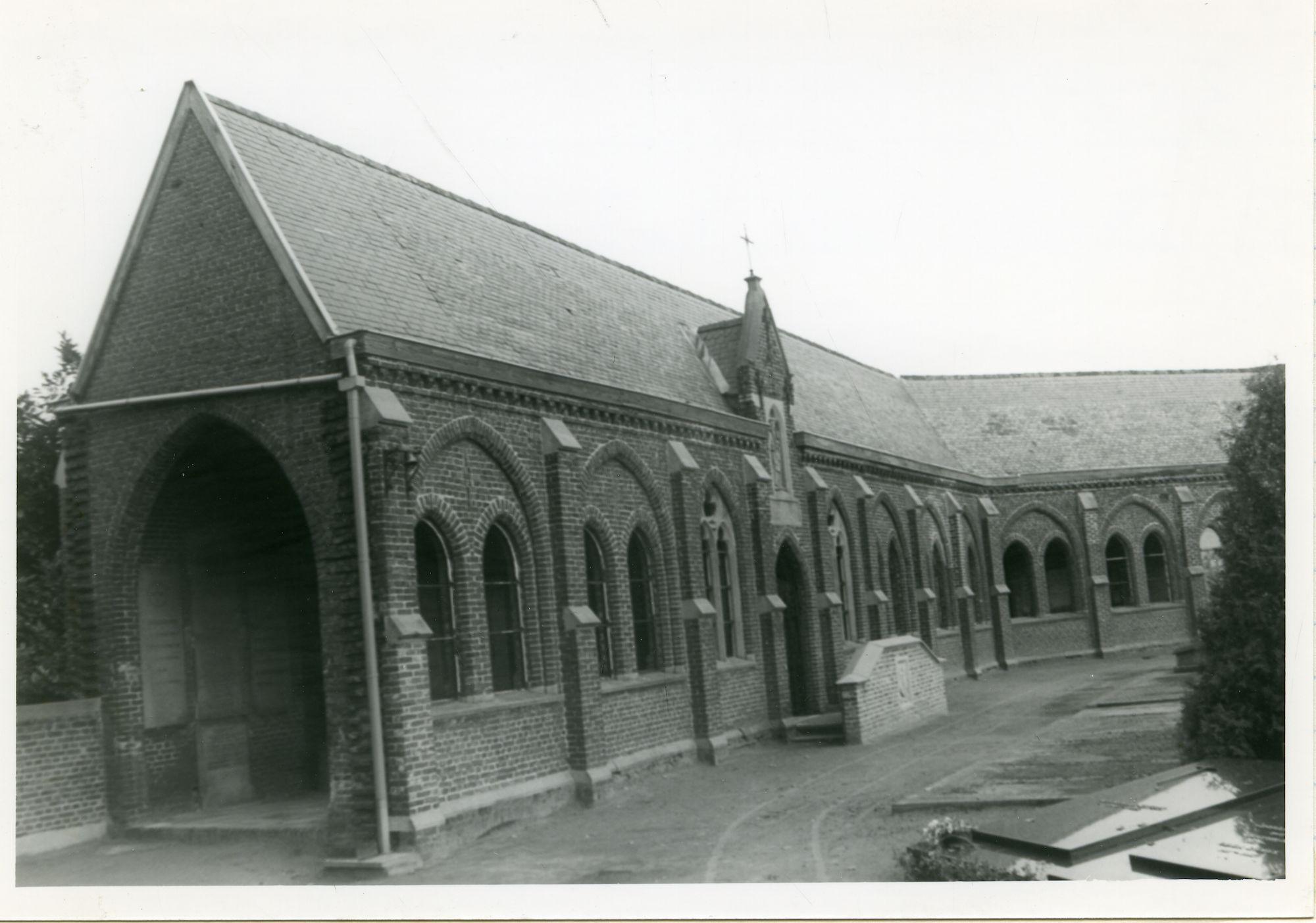 Mariakerke: Mariakerkeplein: kerkhof en pandgang