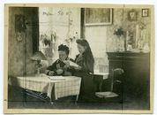 vrouw met kind in interieur van woonkamer