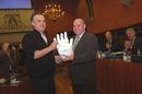 20080125_burgemeester_krijgt_gipsen_hand_tegen_geweld.jpg
