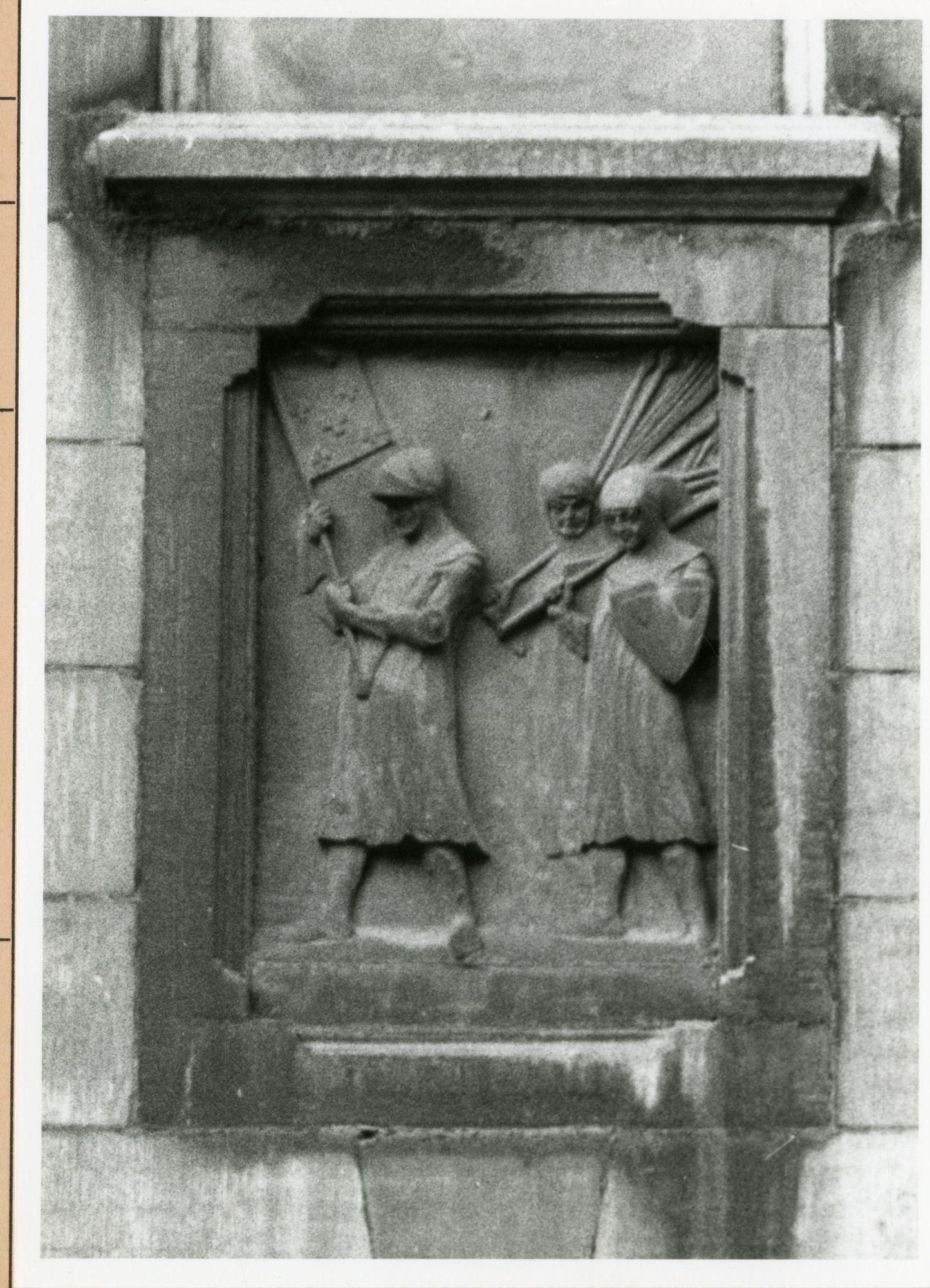 Gent: Belfortstraat 1: reliëf: soldaten (stadsmilitie), 1980