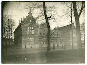 Gent: Antonius Triestlaan 8, Andriesschool (Duits krijgshospitaal): straatzicht met flanerende Duitse militairen, 1915-1916