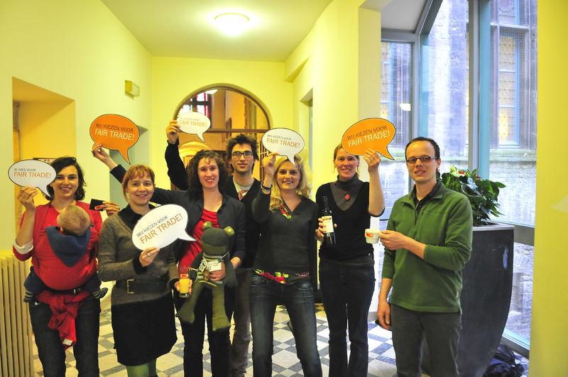 Gentse gemeenteraadsleden gaan op de foto voor Fairtrade 13