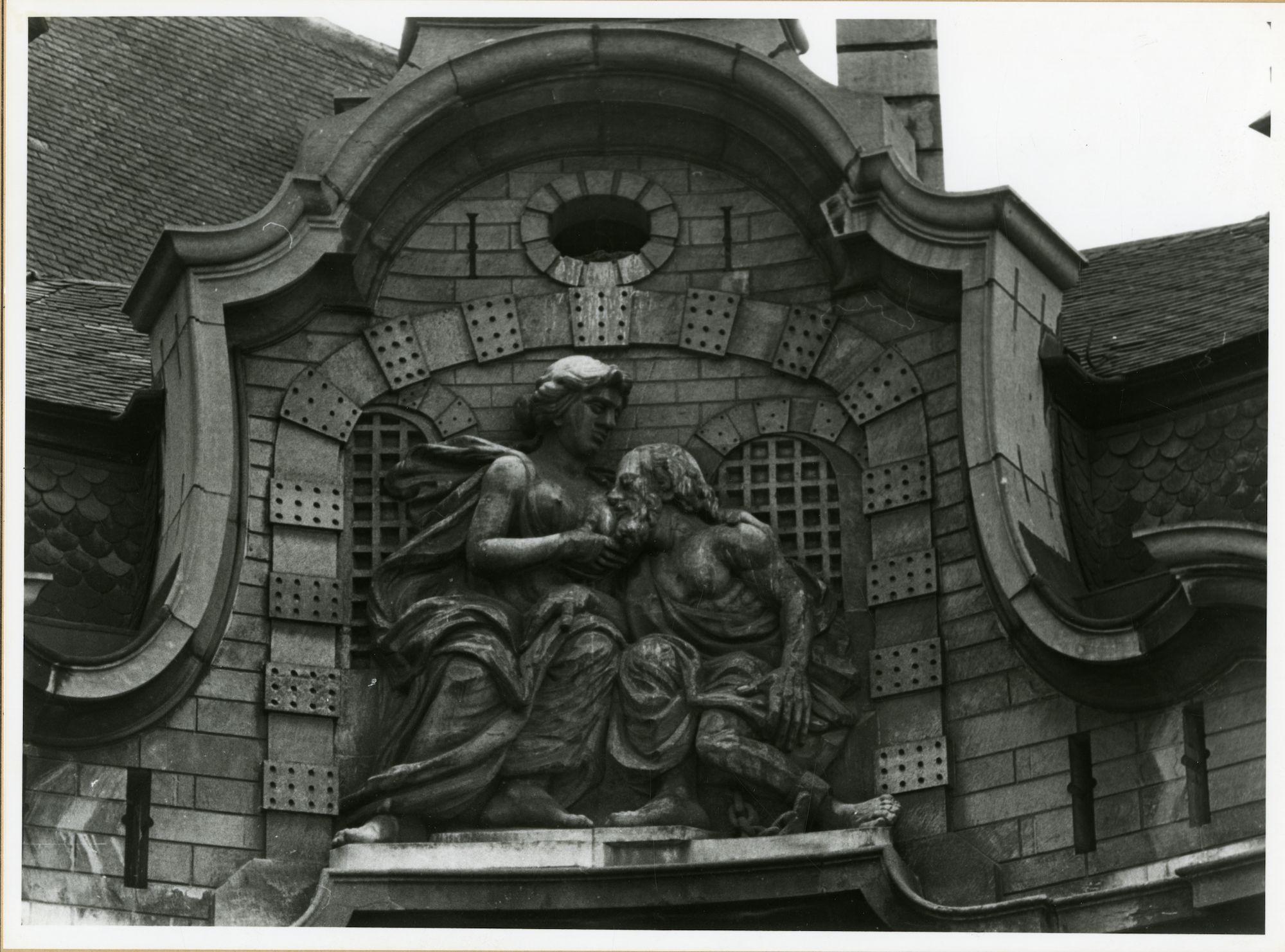 Gent: Botermarkt: Mammelokker: reliëf: romeinse legende van Caritas