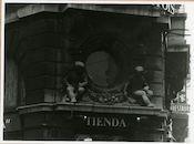 Gent: Hippliet Lippensplein 21. Gevelbeelden met bloemenslinger, 1980
