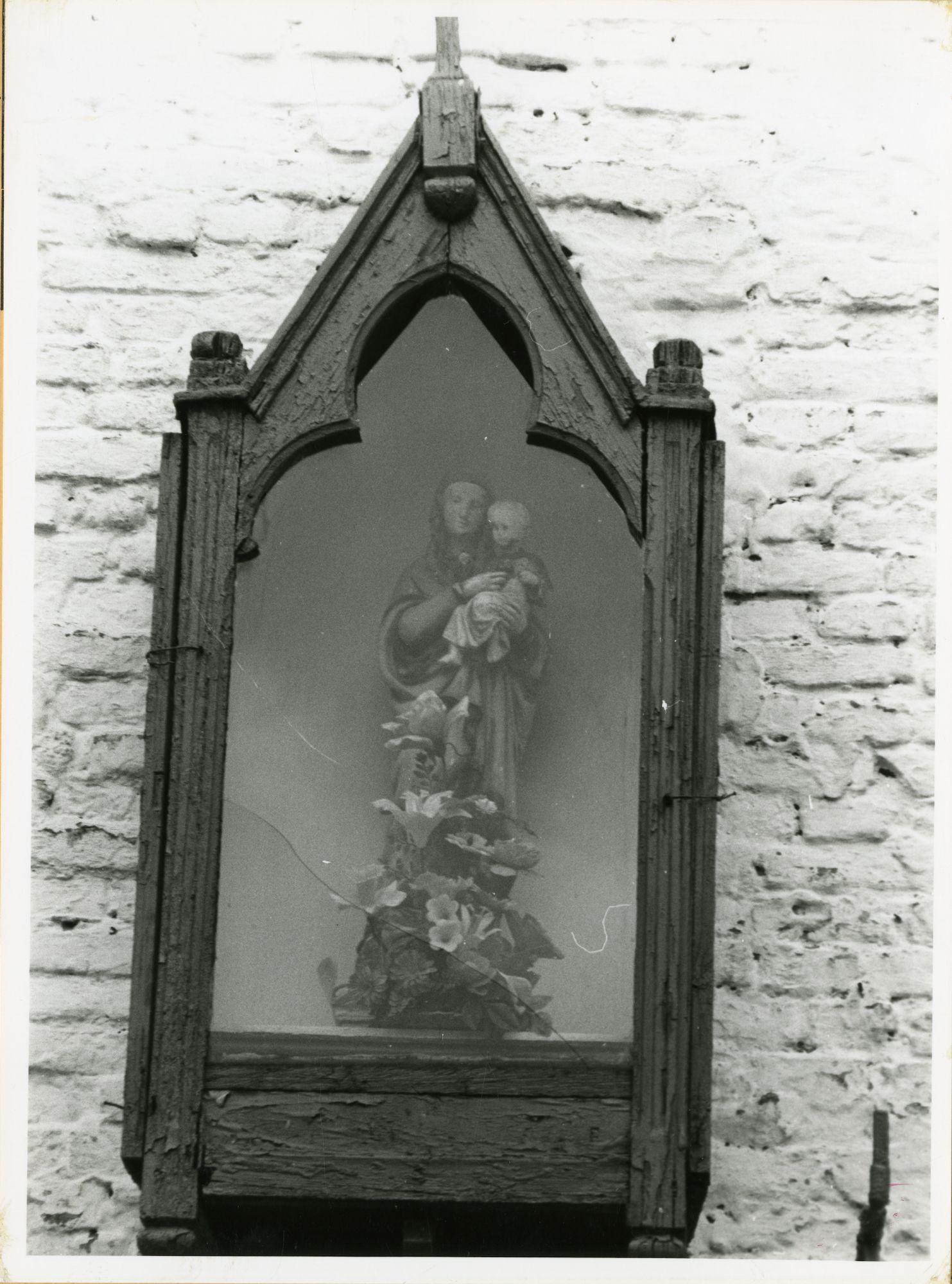 Gent: Bijlokevest - Beluik 140-142: gevelkapel: Maria met Kind