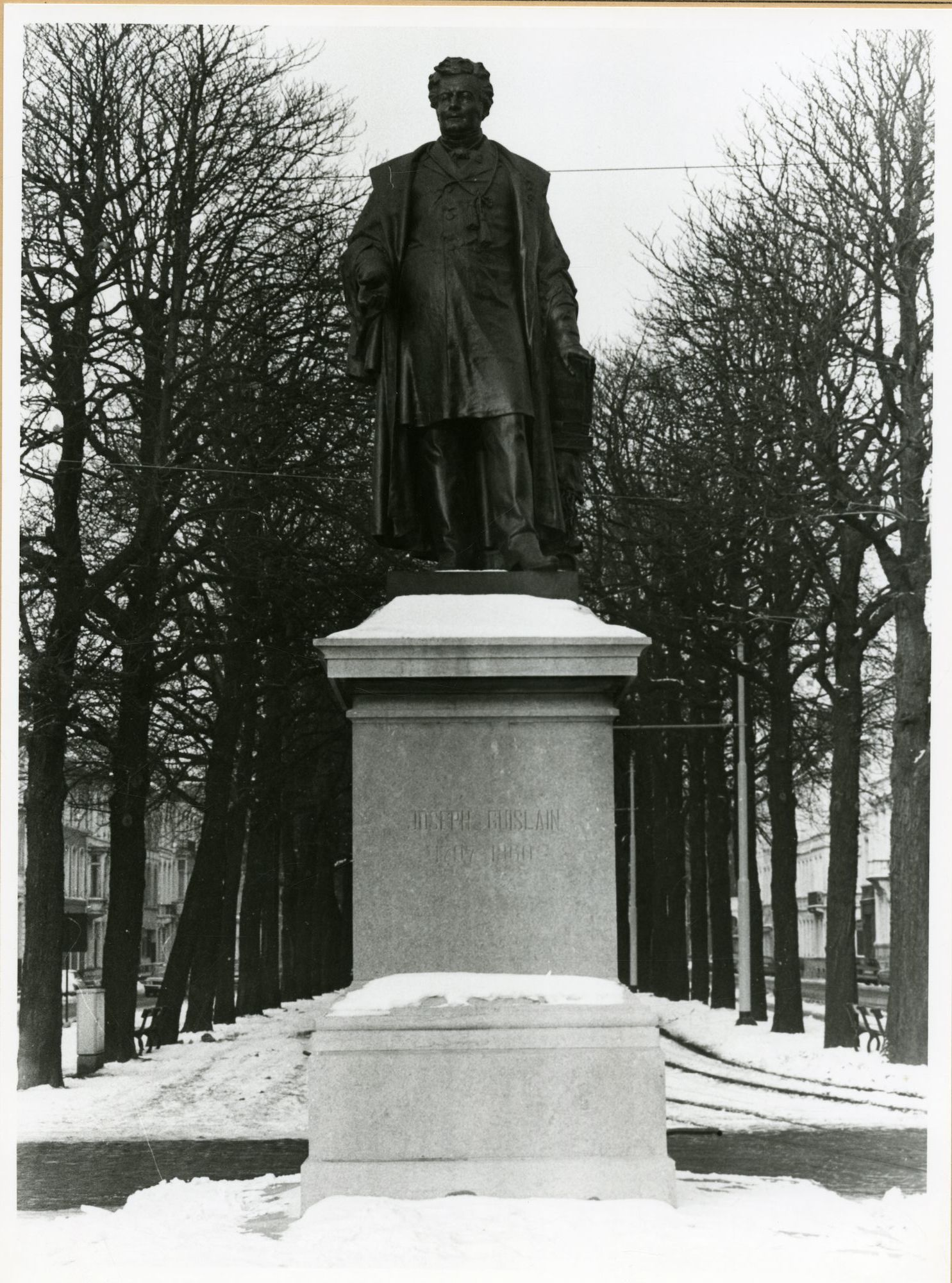 Gent: Begijnhoflaan: standbeeld van Joseph Guislain in de sneeuw