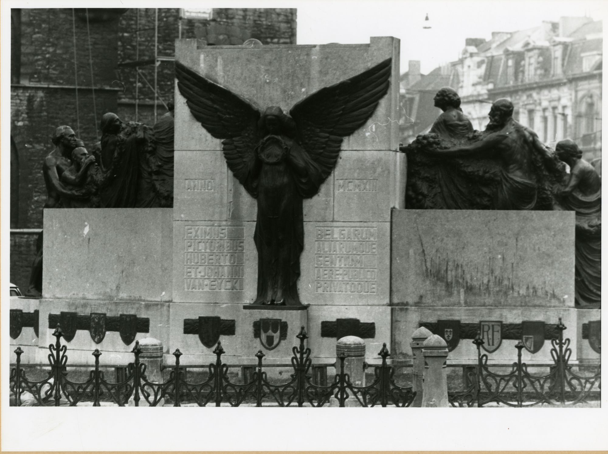 Gent: Geraard de Duivelstraat: monument: Gebroeders Van Eyck: achterzijde