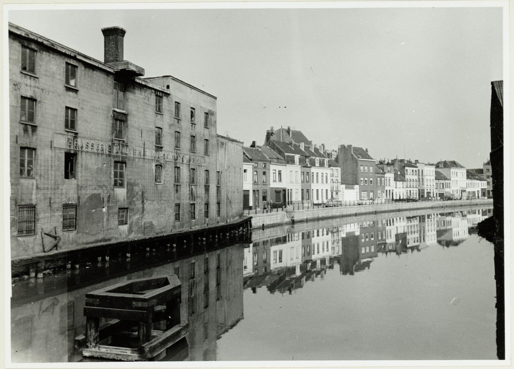 Gent: Huidevetterskaai en Leie, gezien vanaf de Krommewalbrug tussen de Ottogracht en het Sluizeken