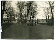 Gent: Antonius Triestlaan 12 / Ekkergemstraat: Militair hospitaal of Krijgsgasthuis, oud Klooster van Deinze (Duits krijgshospitaal): gezicht op de tuin met militaire barakken en Duits personeel en verpleegden, 1915-1916