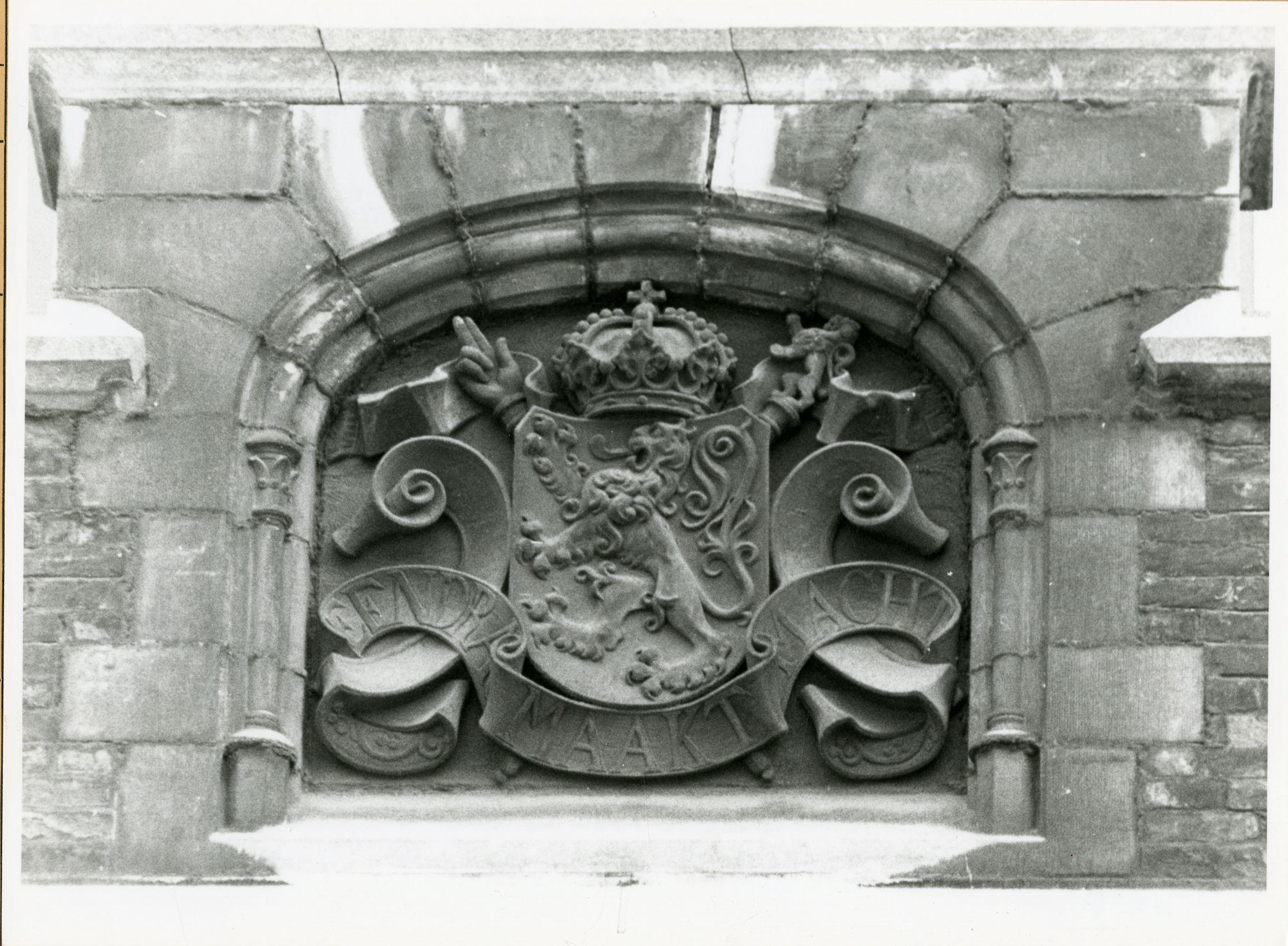 Gent: Gaspar De Craeyerstraat 2: Leopoldskazerne: reliëf: wapenschild België, 1979