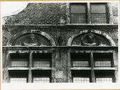 Gent: Burgstraat 4: reliëfs: Gwijde van Dampierre en Robrecht III van Vlaanderen