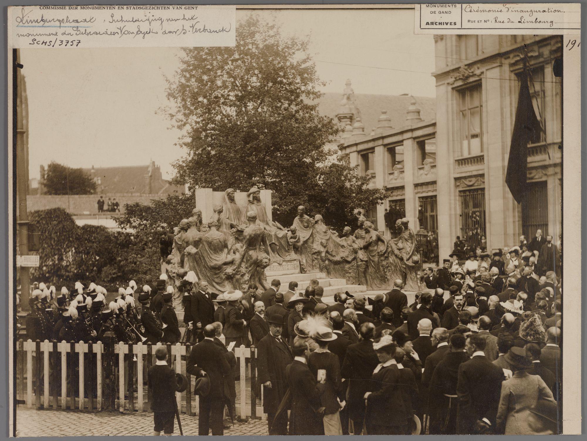 Gent: Inhuldiging van het monument voor de broers Jan en Hubert Van Eyck (beeldhouwwerk Geo Verbanck) in 1913.