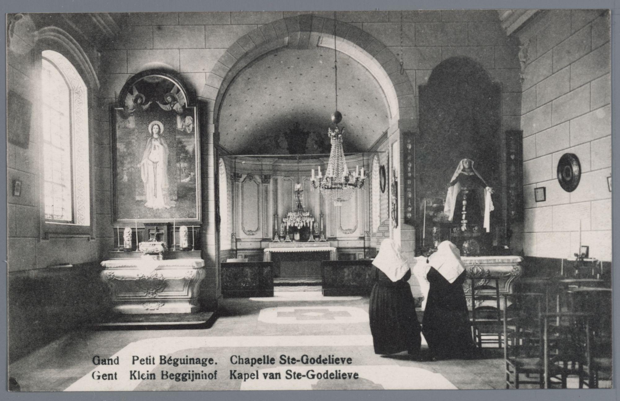 Gent: Klein Begijnhof Onze-Lieve-Vrouw ter Hooie: binnenzicht Sint- Godelievekapel met twee biddende begijntjes