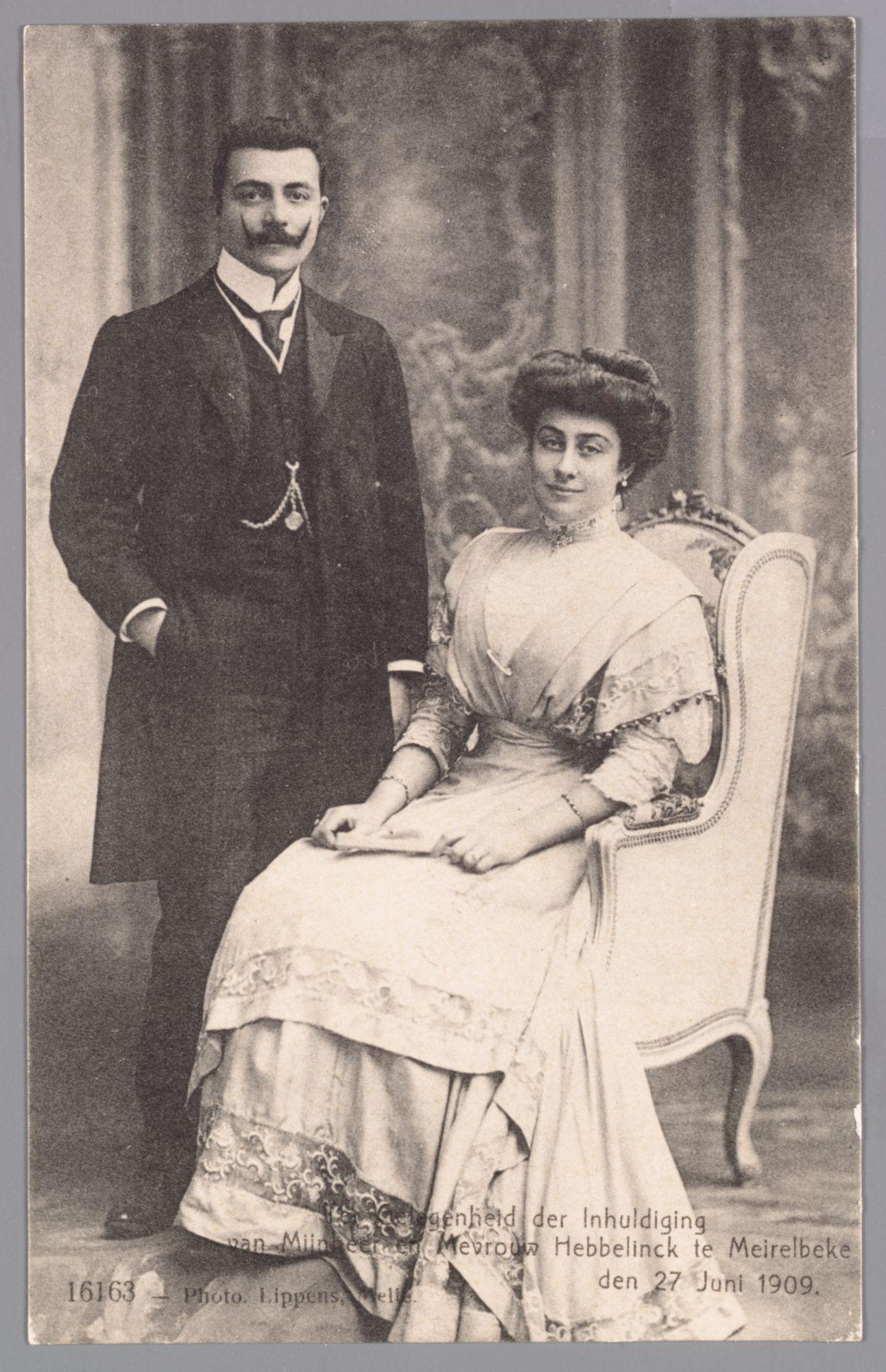 Portretfoto van het echtpaar Hebbelinck bij hun inhuldiging in Merelbeke, 27 juni 1909