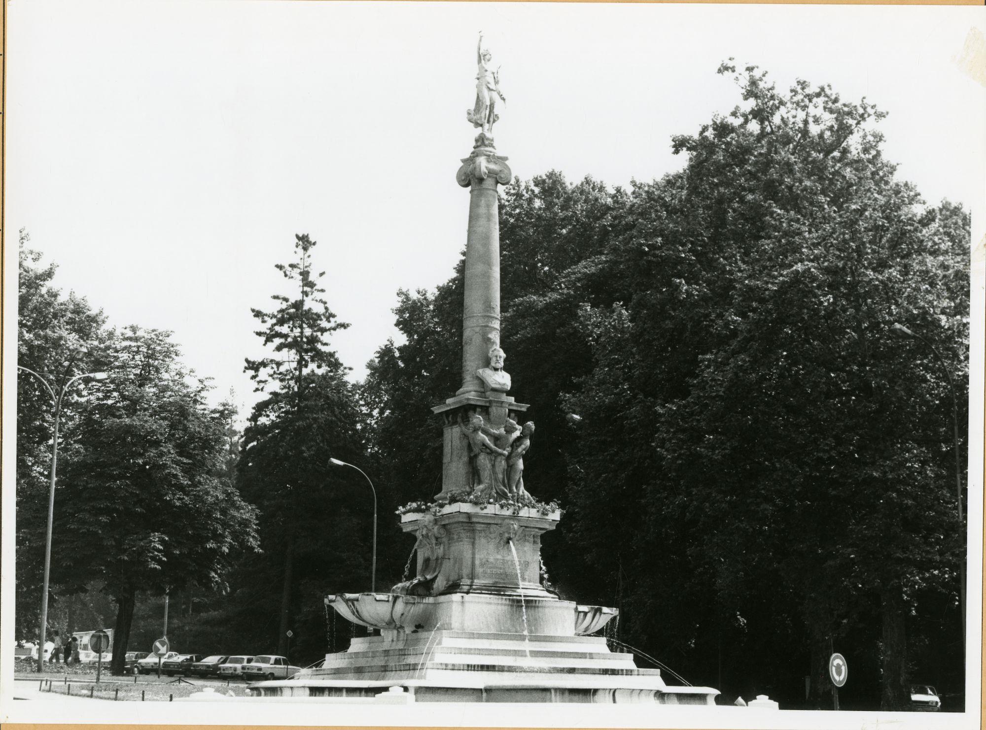 Gent: Charles de Kerchovelaan: fontein: standbeeld: Chales de Kerchove,1979