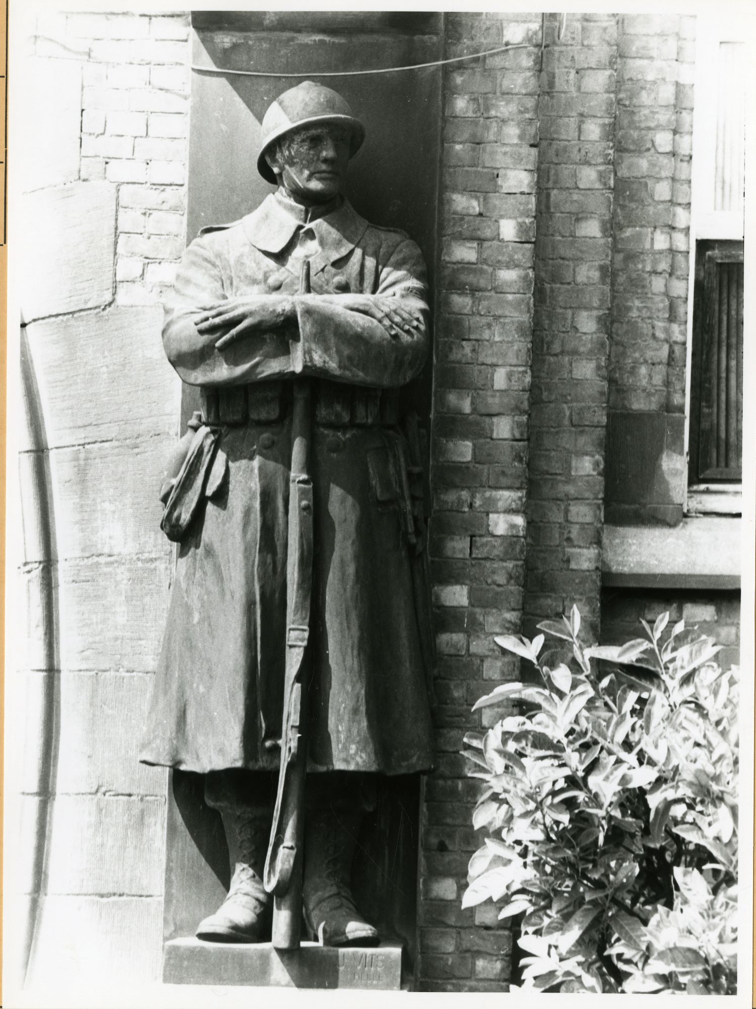 Gent: Gaspar De Craeyerstraat 2: Leopoldskazerne: standbeeld: Hulde aan de Strijd, 1979