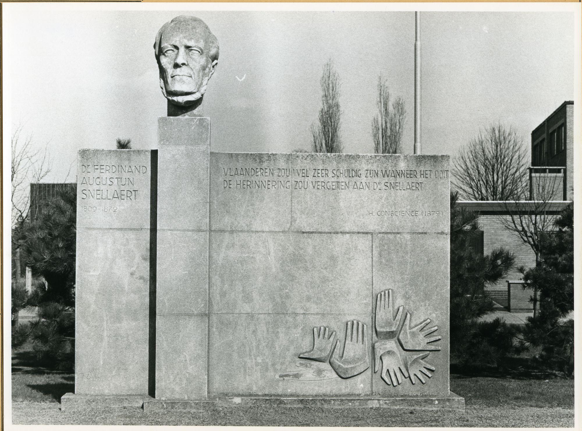 St.-Amandsberg: Ferdinand Snellaertplein: Monument