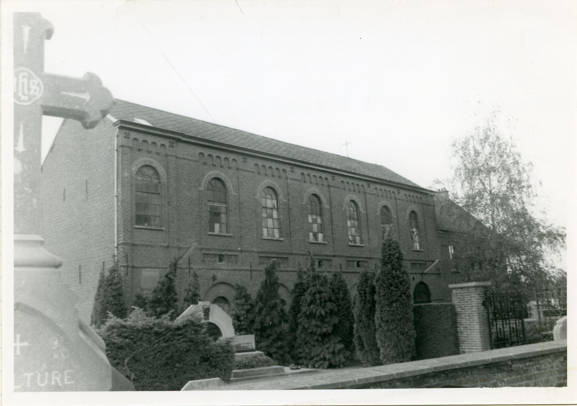 Mariakerke: Mariakerkeplein: kerkhof en gebouw