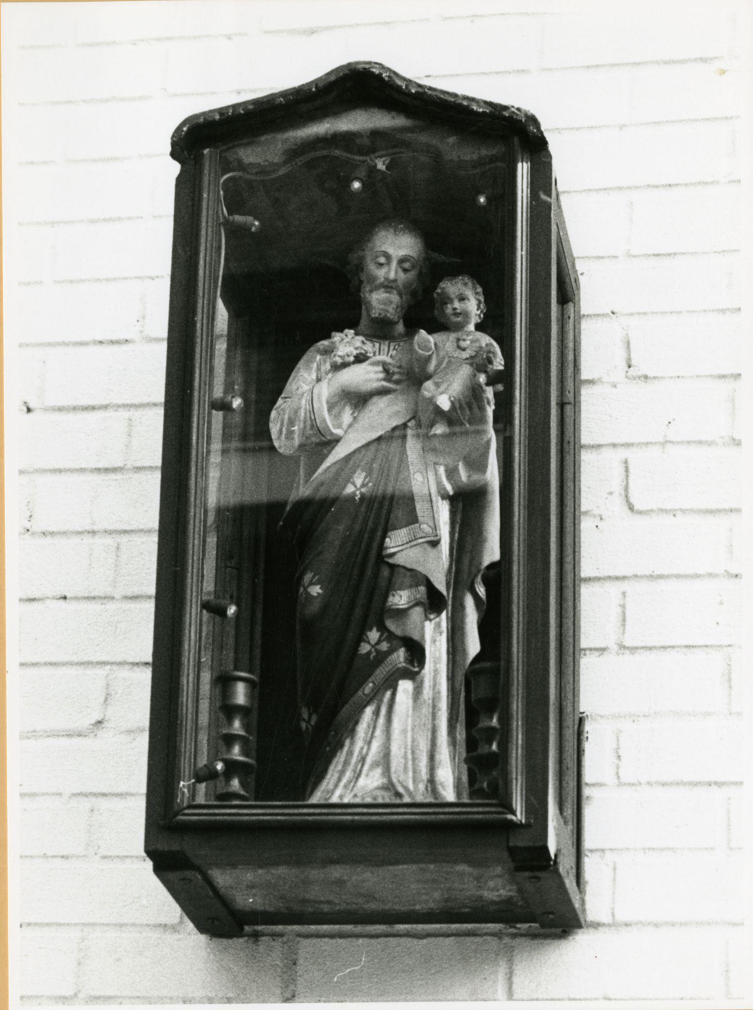 Gent: De Pintelaan 54: gevelkapel: St-Jozef met kind Jezus, 1979