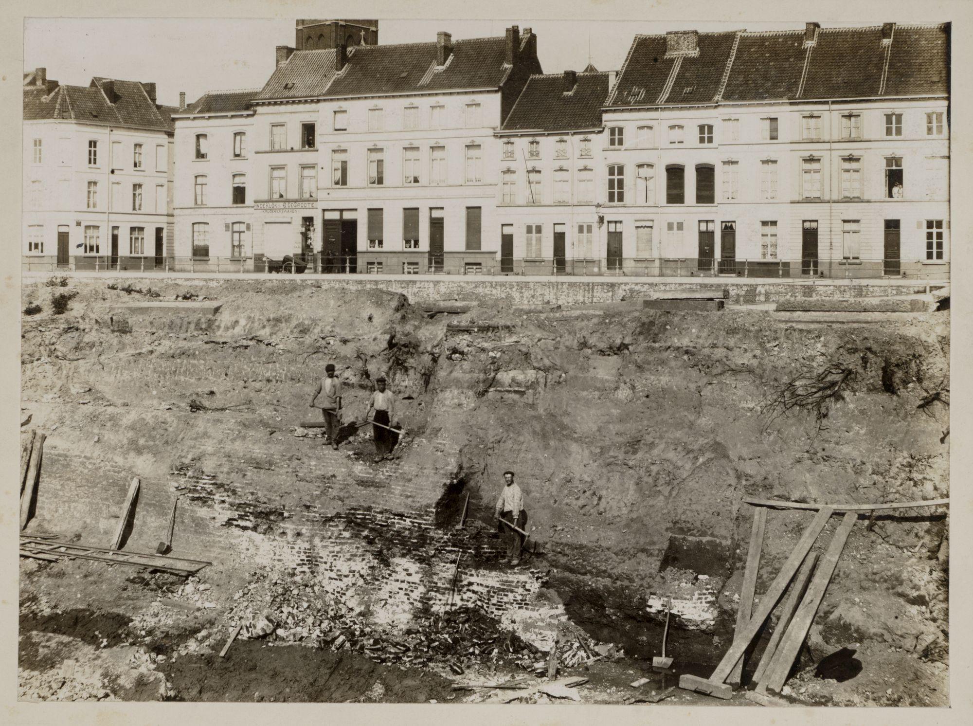Gent: Voorhoutkaai, afbraakwerken oude Abdijbrug (restanten Spanjaardenkasteel), 13 augustus 1909