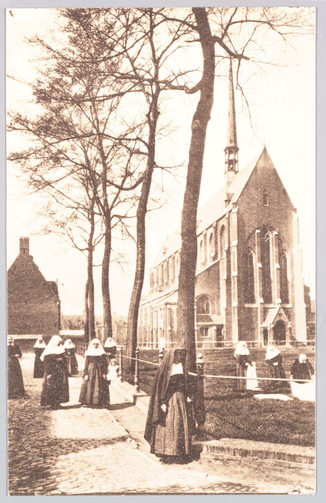 Sint-Amandsberg: Groot Begijnhof: binnenplein (Sint-Beggaplein) en kerk, begijnen op wandel en aan het werk (bleken van linnen)