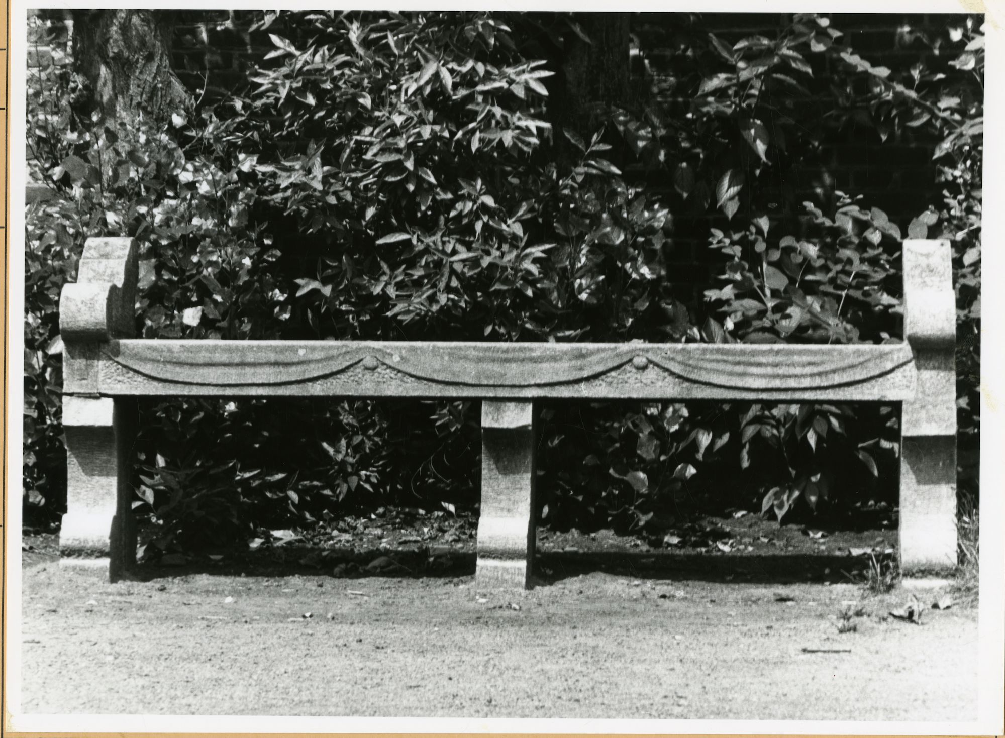 Gent: Godshuizenlaan: Bijlokehof: zitbank, 1979