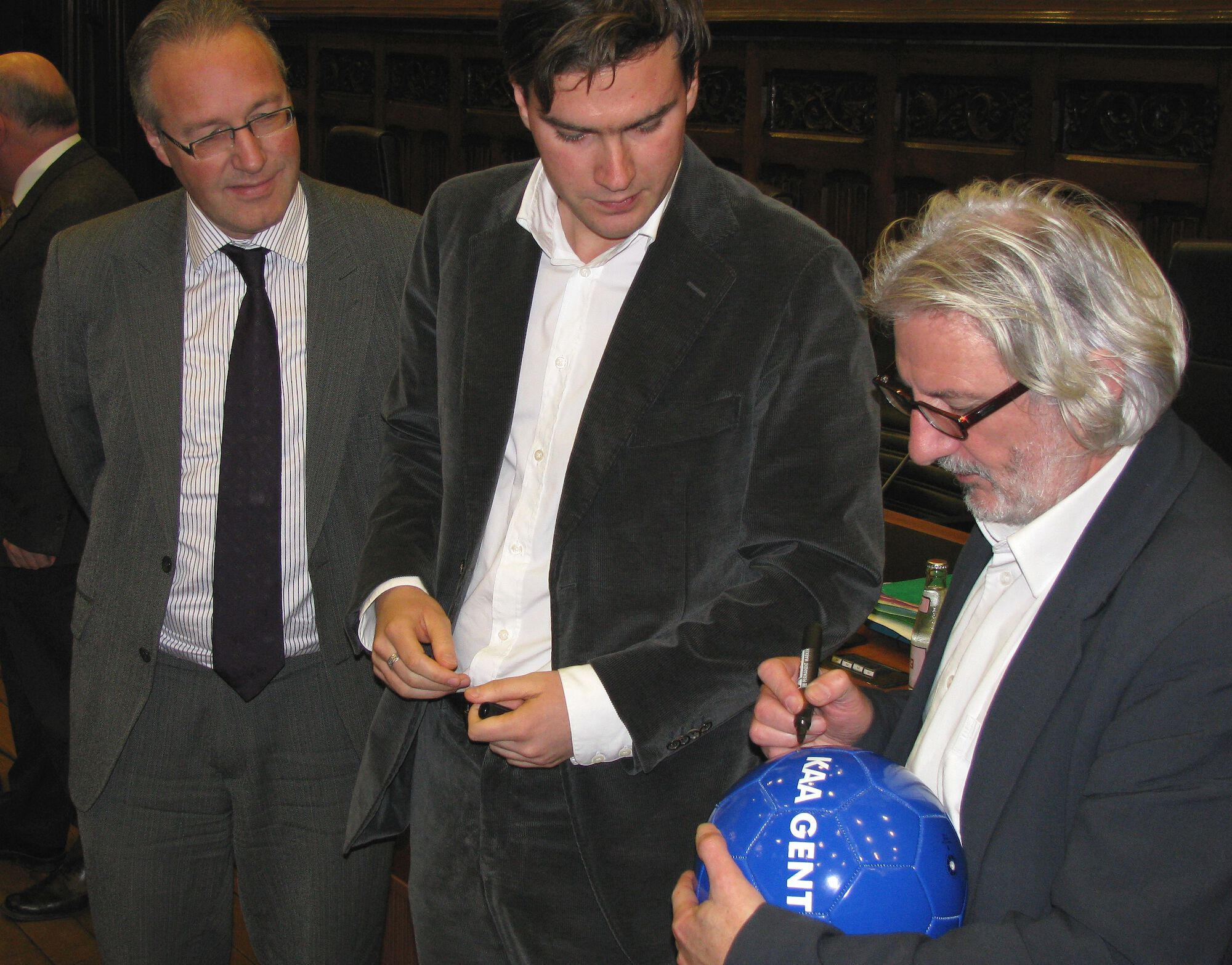 schepen Coddens en De Clercq en stadssecretaris ondertekenen bal.jpg