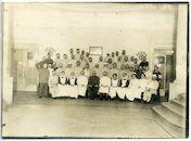 Gent: Koningin Maria Hendrikaplein: Flandria Palace Hotel (Duits krijgshospitaal): groepsportret van verpleegde Duitse soldaten, artsen en verpleegkundigen in de hall, 1915-1916