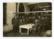 Gent: nieuwjaarsviering met officieren en soldaten rond een versierde kerstboom, 1 januari 1916