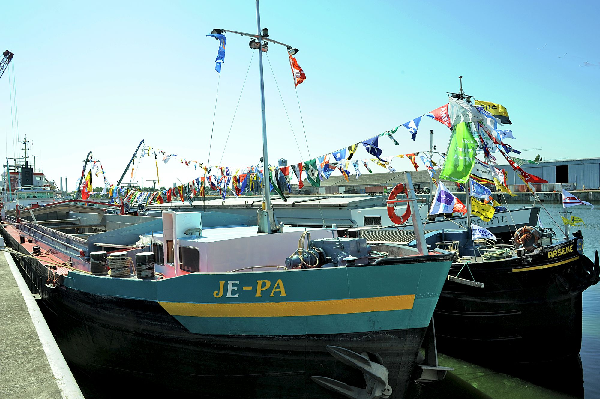 Vlaggen in de haven
