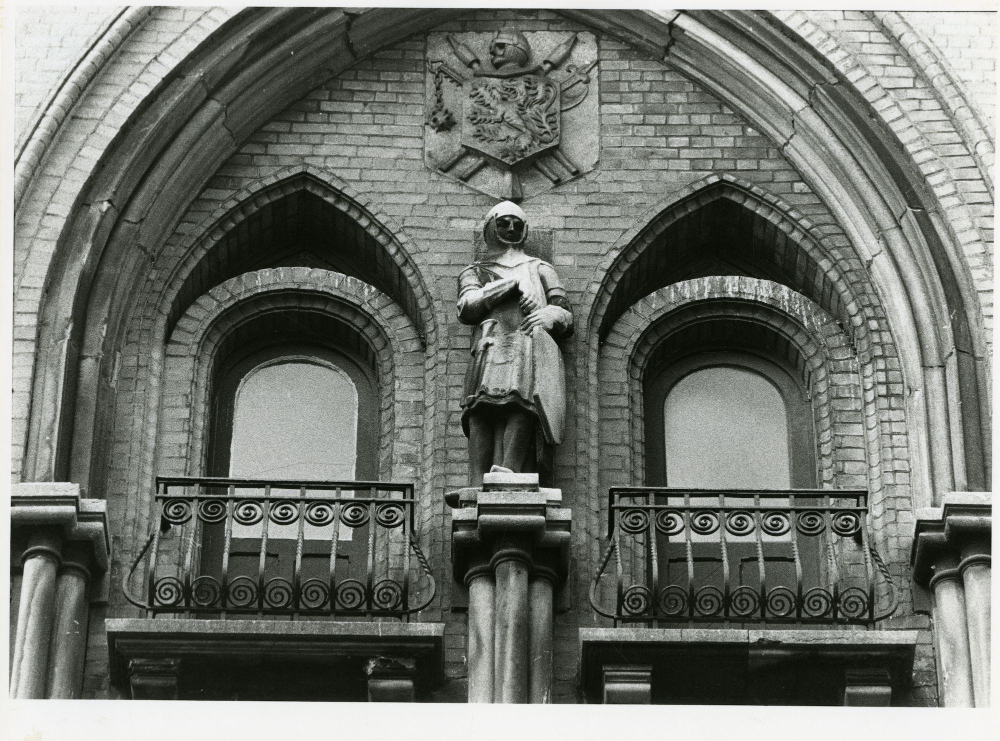 Gent: Belfortstraat 4: Gevelbeeld: stenen man van het belfort (wachter)