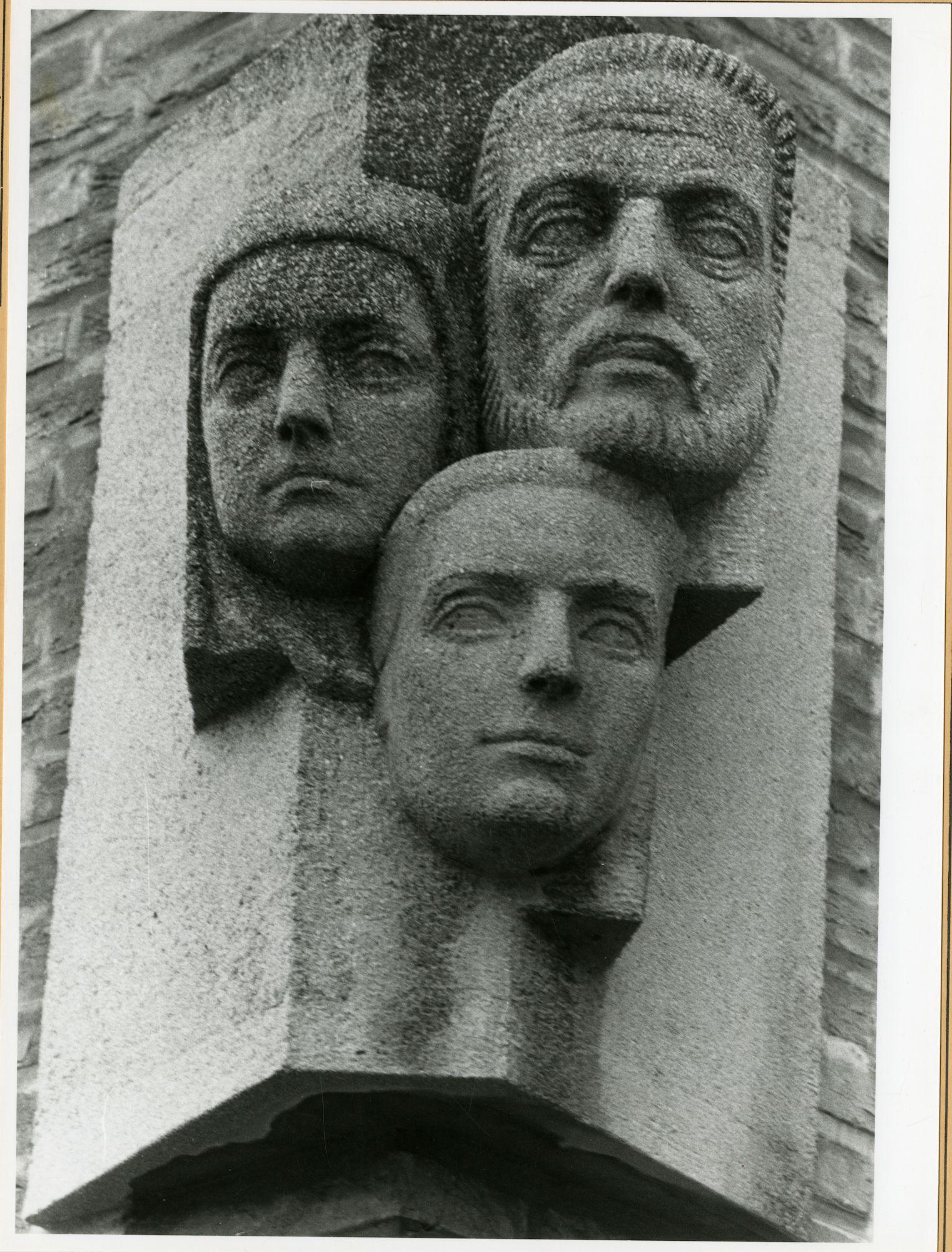 """Gent: Drongensesteenweg 208: gevelsteen: """"Het gezin"""", 1979"""
