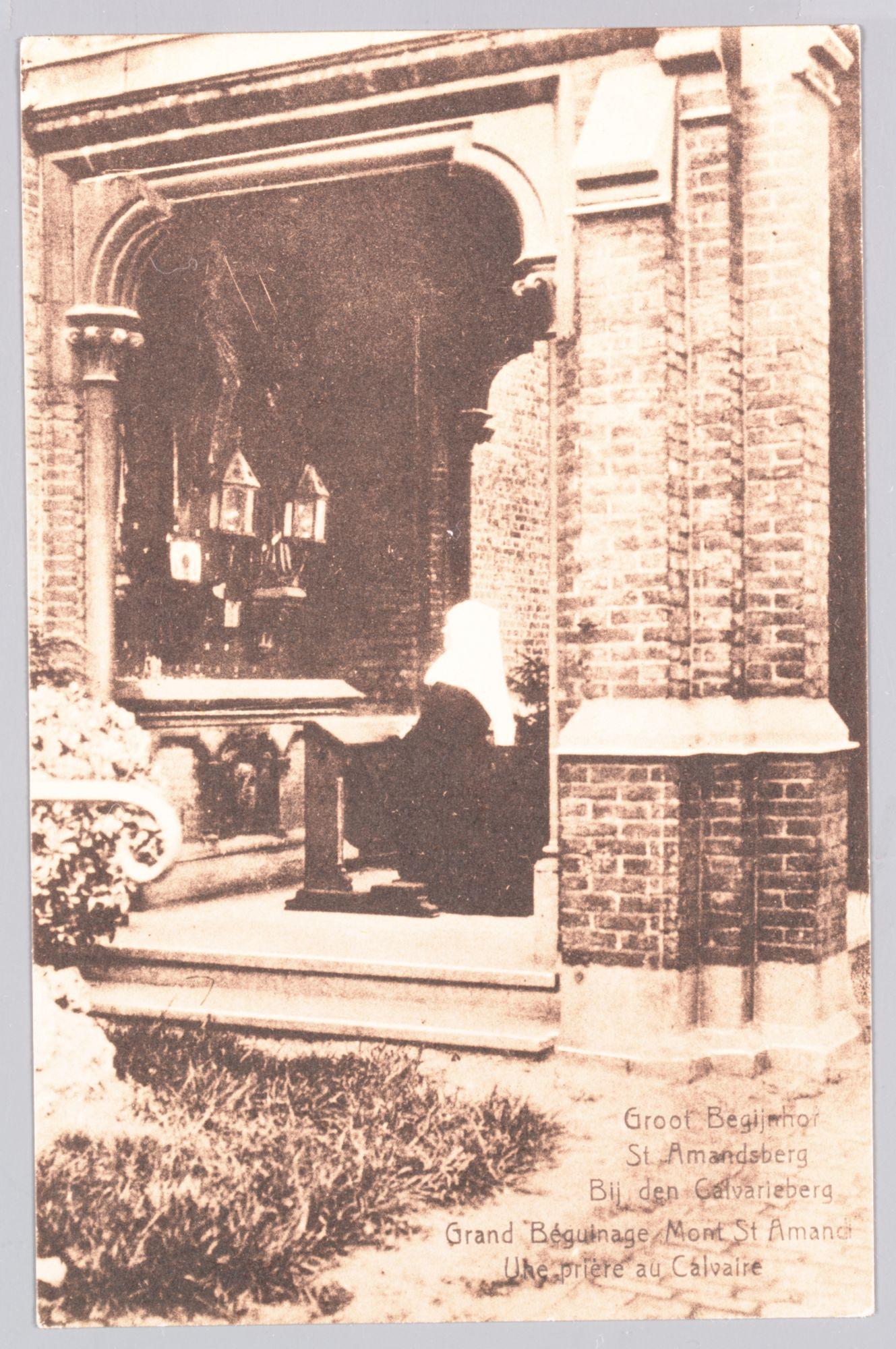 Sint-Amandsberg: Groot Begijnhof: begijn in gebed bij de  Calvarie