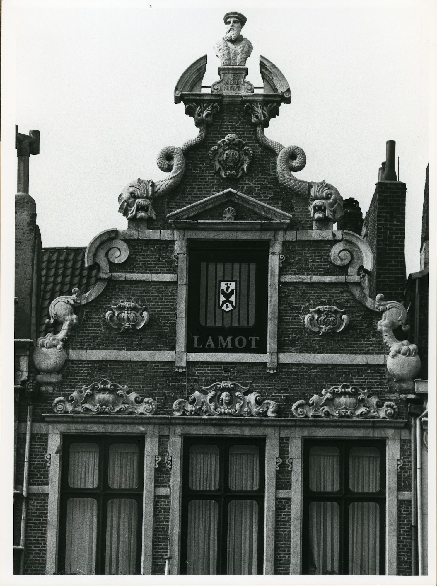 Gent: Vrijdagmarkt 45: Buste, 1980