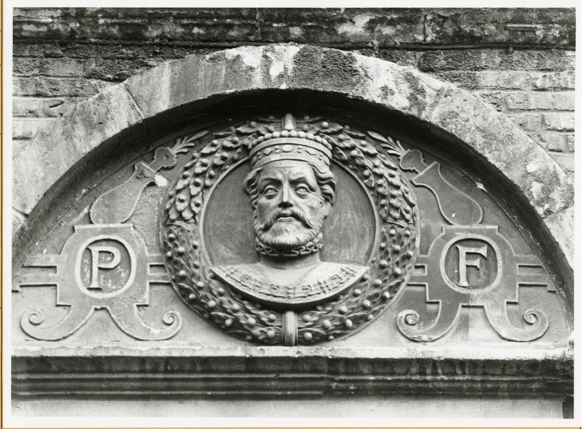 Gent: Burgstraat 4: reliëf: Filips II van Spanje
