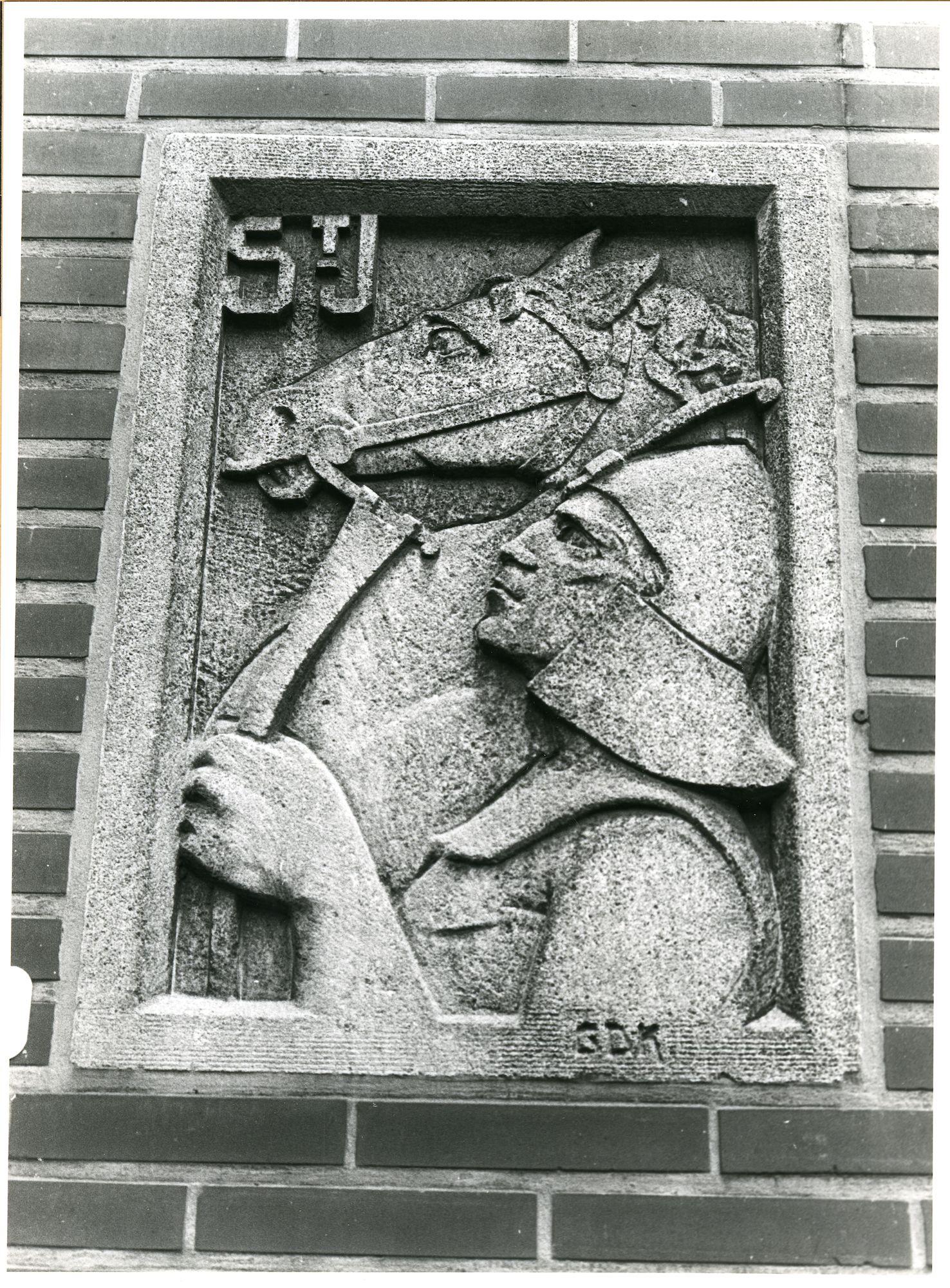 Mariakerke: Spellewerkstraat 11: Beeldhouwwerk, 1979
