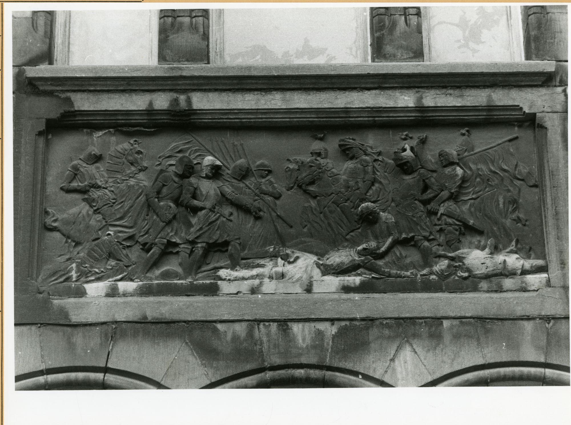 Gent: Belfortstraat 1: reliëf: slag bij West-Rozebeke, 1979